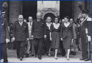 Enrico De Nicola con alcune donne elette nell'assemblea costituente